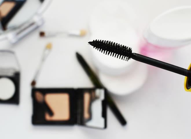 Por que não usar maquiagem é estranho? - capa