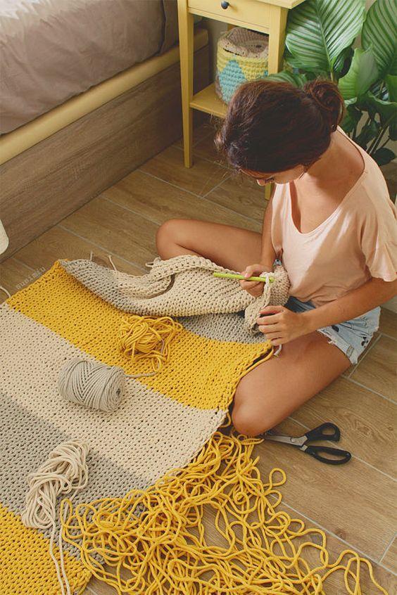 mulher fazendo crochê