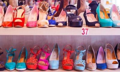 prateleira com sapatos