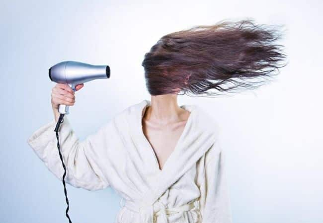 Alisar o cabelo em casa